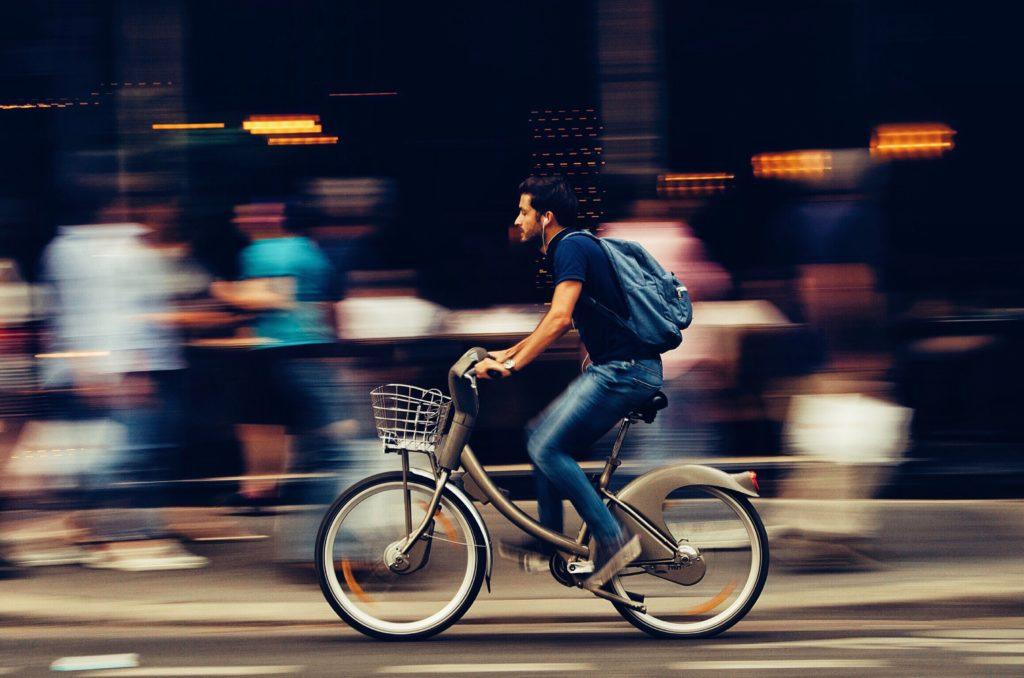 pédaler sur un vélo électrique